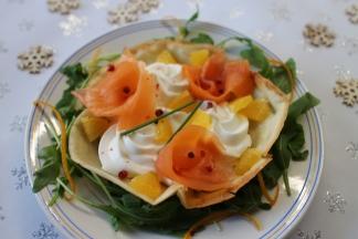 Truite fumée Kritsen, Crème montée au mascarpone gingembre-orange sur Tuile au pavot et lit de Roquette