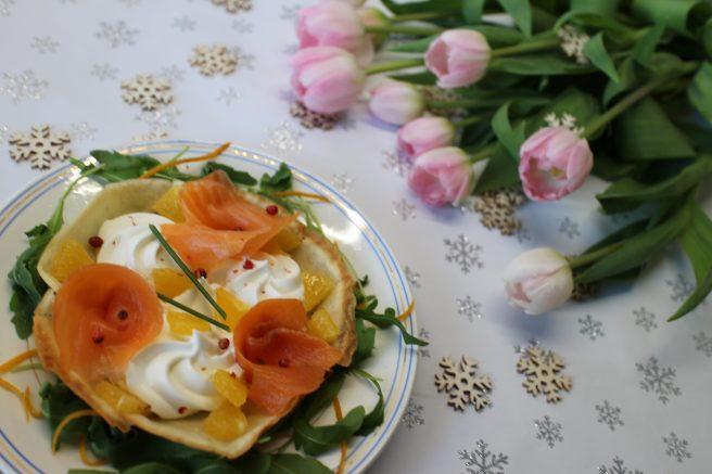 Truite fumée, crème montée au mascarpone gingembre-orange sur tuile au pavot et lit de Roquette