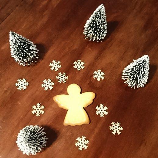 Le biscuit avec l'emporte pièce Ange